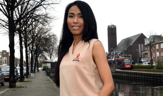 Patchanee Lueamklang (bijnaam Sar) maakt graag foto's om naar haar vrienden te sturen (Foto: Jos van Leeuwen)