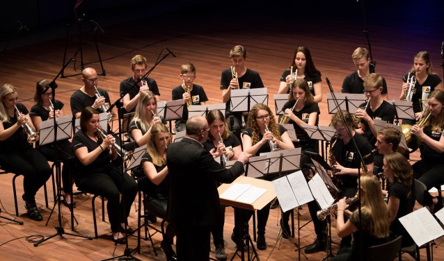 JA! Jeugdfanfare Altena op het podium van het ONFK. Jennifer van Dalen zit links naast dirigent Ron van Vuuren. Foto: Akkelien Reitsma