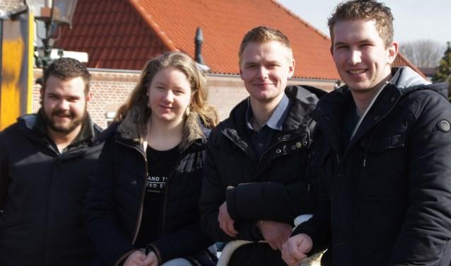 """V.l.n.r. Joep de Jong, Annelot van der Vaart, Wilbert Crum en Pieter Ockhuijsen van jongerenvereniging Niek.  """"Wij hebben het hier in Nederland heel erg goed. We willen ons graag inzetten voor mensen die extra hulp goed kunnen gebruiken."""" (Foto: Janneke Severs-Hilgeman)"""