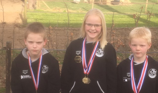 Van links naar rechts Felix, Alexandra en Mathieu met de door hun gewonnen medailles. (foto: Marco Robben)