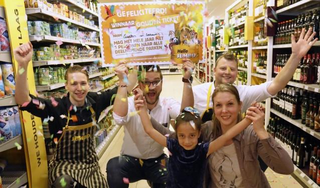 Bas Wiegmans van Jumbo Wiegmans in Apeldoorn (midden), met in het midden winnares Evelien van Leeuwen (6 jaar) samen met haar moeder Annemarie Kinds en medewerkers van Jumbo Wiegmans.