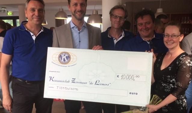 Uitreiking cheque t.b.v. Nebulawand in 2017 Kinderpoli Zevenaar
