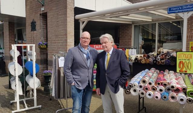 """Olaf en Harry van der Molen voor hun vijftigjarige zaak: """"Vroeger was kleding relatief gezien veel duurder. Dan loonde het zich om zelf stof te kopen en je eigen jurkje of jasje te naaien. Anno nu is zelf naaien veel meer een leuke hobby geworden."""""""