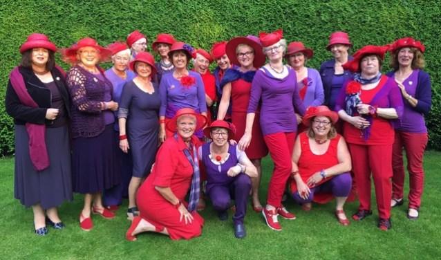 Een aantal leden van de Nijmeegse Red Hat chapter de Rode Marikens van Nimwegen. Stuk voor stuk staan ze te trappelen om van de conventie op 19 april in Nijmegen een geweldige dag te maken.