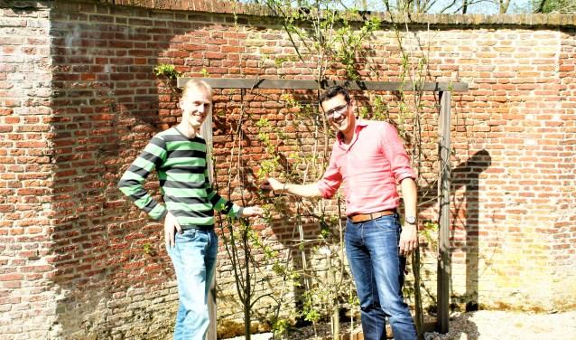 Joost Schoonheim (l) en David van Zelm van Eldik bij de tuin in Park Cromvliet met de zeldzame slangenmuur.