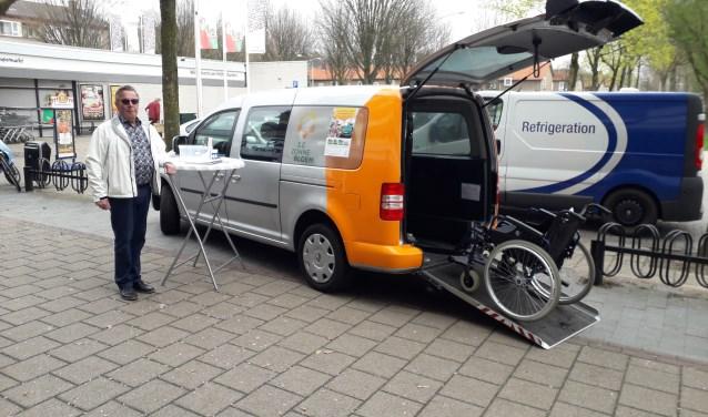 Vrijwilliger en chauffeur Willem Bos (65)iheeft twee dagen met de Zonnebloem-auto in Zeist op twee drukbezochte plekken gestaan in Zeist. FOTO: Maarten Bos