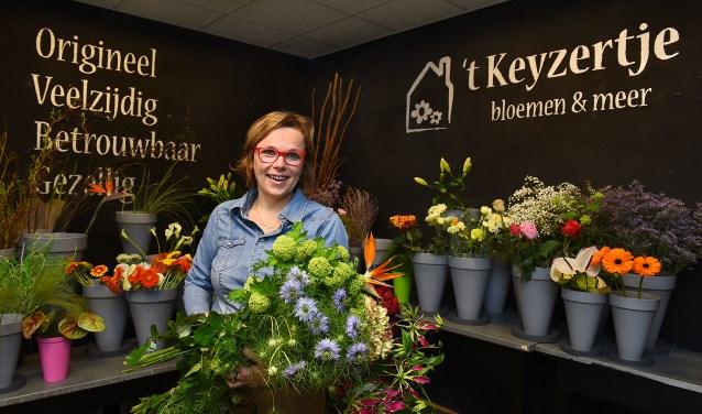 """Christel Hetzel: """"Bloemen en planten zijn heerlijk om mee te werken. Ze horen bij belangrijke momenten in het leven. Altijd weer mooi om samen met de klant iets passends uit te zoeken."""" Foto: Roel Kleinpenning"""