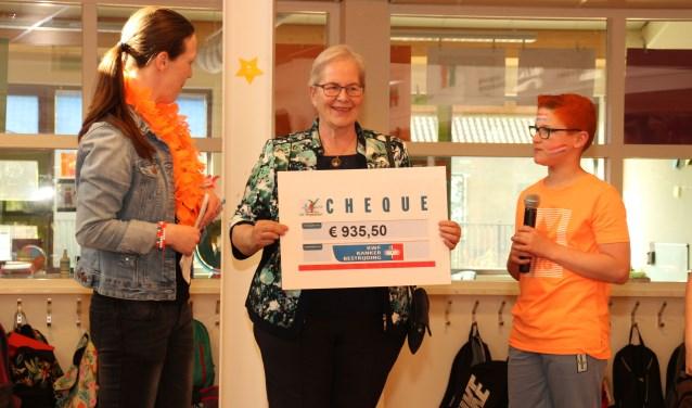 Gerrie van de Geer heeft namens het KWF de cheque in ontvangst genomen. FOTO: Veronique Willems