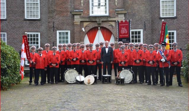 Tamboerkorps Net Als Toen (NAT) in vol ornaat bij het kasteel in Heeze.
