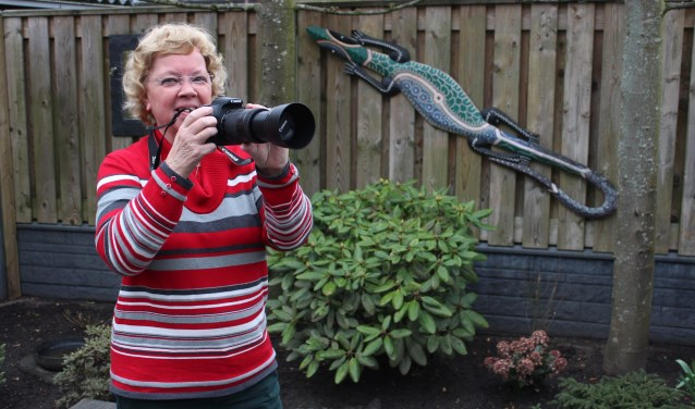 Rita ter Velde gaat dagelijks gewapend met camera in Rhenen op pad om mooie en nostalgische foto's te schieten. Veel van die foto's zijn te zien op facebook Rhenen.Nu (Foto: Henk Jansen)