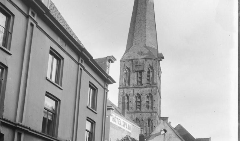 De bliksem bleek op zondag 28 februari 1869 in de toren van de Rooms Katholieke kerk ingeslagen te zijn. (Foto: Stedelijke Musea Zutphen)