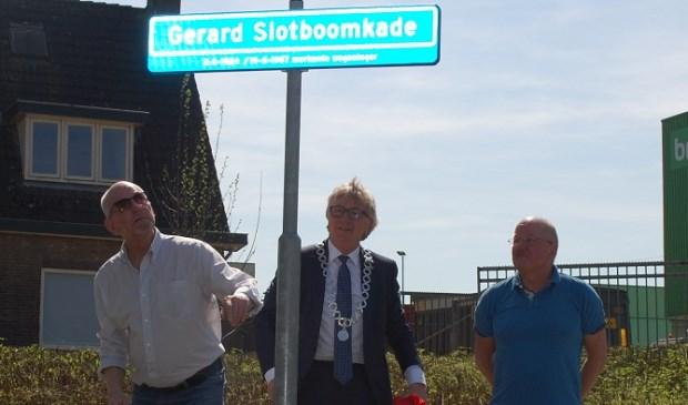 Burgemeester Van Rumund onthulde vorige week samen met twee familieleden van Gerard Slotboom het nieuwe straatnaambord 'De Gerard Slotboomkade' (foto: Henk van de Beek, gemeente Wageningen)