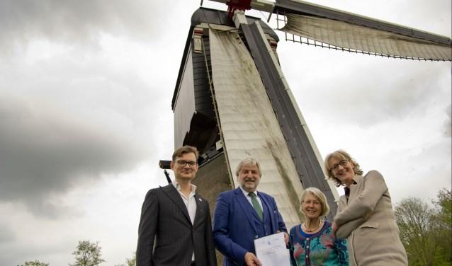 V.l.n.r. C.G. Jansen op de Haar (Hoogheemraad), wethouder P. Snoeren, mevrouw L. Smit (initiatiefneemster plan maalvaardig maken molen) en mevrouw S. van Dockum (directeur-rentmeester Utrechts Landschap).