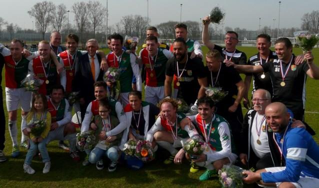 SVV/zo stelde na 3-2 winst op SEP het kampioenschap zo goed als veilig. Weliswaar ontbrak de champagne,maar de bloemen,  kampioensschaal en vrolijke gezichten waren er wel. (Foto: Persgroep/gsv)