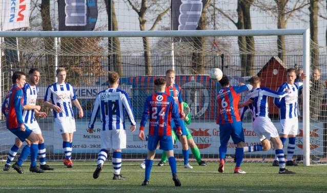 VVA Achterberg kan promotie naar de 3e klasse wel vergeten. De ploeg van trainer Jan Jaap van der Poel verloor met 2-0 de uitwedstrijd bij SVMM. Zaterdag komt vv Kesteren naar sportpark De Meent. (Foto: Henk Jansen)