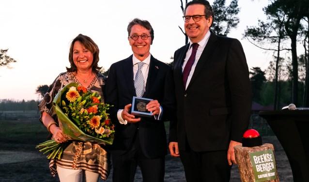 Dirk Lips ontvangt provinciepenning en het ereburgerschap van Noord-Brabant tijdens feestelijke opening Safari Resort Beekse Bergen. foto: Safari Resort Beekse Bergen.