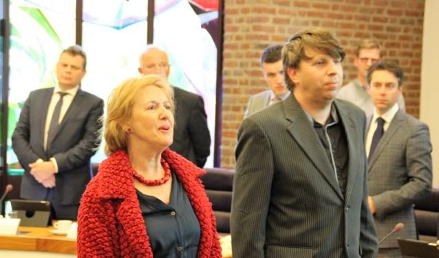 Marianne Frijlink-Wagenaar (VVD) en Sander Kouwenberg (PvdA/GroenLinks) leggen de belofte af als burgerraadslid ter ondersteuning van hun eenmansfracties. Foto Dick Baas
