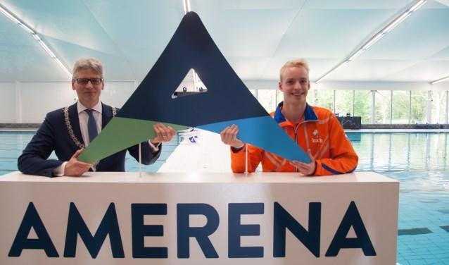 Burgemeester Lucas Bolsius en paralympisch zwemmer Thijs van Hofweegen poseren bij het logo van de Amerena. Thijs verrichtte met minister Bruno Bruins vrijdag de openingshandeling met dit logo. (Foto: Ronald Kersten Fotografie)
