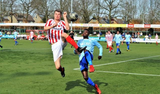 Marco Corba fraai in actie. De Bennekommer scoorde het derde doelpunt. Hij viel later geblesseerd uit. (foto: gertbudding.nl)