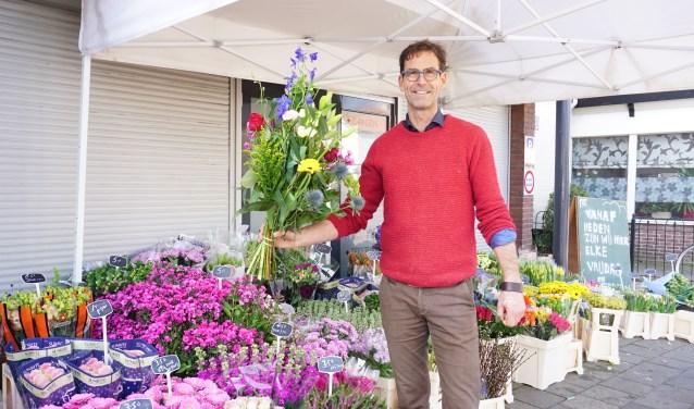 Jan Star in zijn bloemenkraam aan de Rijksstraatweg in Leersum. FOTO: Ellis Plokker