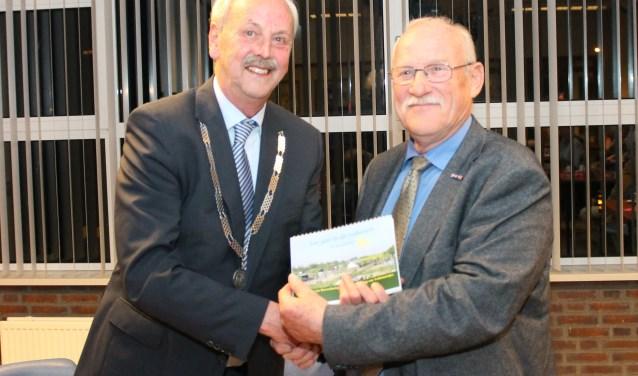 Voorzitter Rinus Pikkaart overhandigde het eerste exemplaar van De Zaaikalender aan burgemeester Herman Klitsie. FOTO: LEON JANSSENS