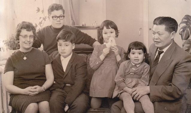 Familie Chao 1963, Willemsplein Arnhem, vader Chen Chao (1913- 1985) kwam eind jaren dertig naar Nederland en opende eind jaren vijftig Restaurant Azië in Arnhem.