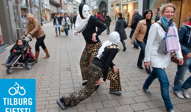 In het Winkelgebied centrum beleef je, naast het shoppen, nog veel meer verrassends, zoals deze dansperformance op de Heuvelstraat.