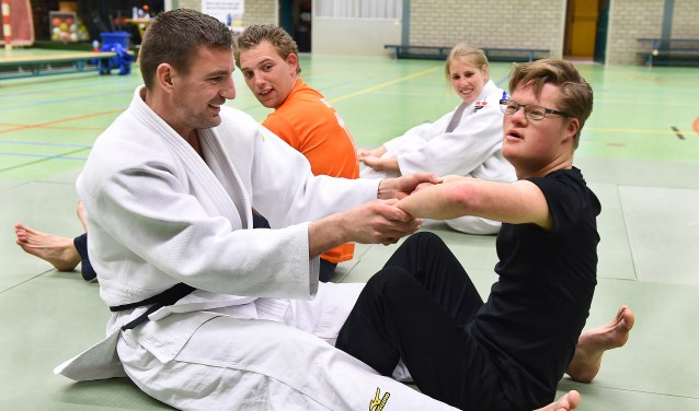 Herman Boersma (links) tijdens een judo oefening met Dik Tiekken (rechts). (foto: Roel Kleinpenning)