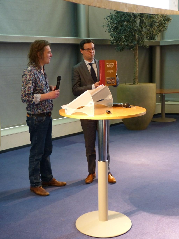 Het eerste exemplaar werd door Joep Bremmers uitgereikt aan Burgemeester Bas van den Tillaar. Foto: Ron van Maanen.