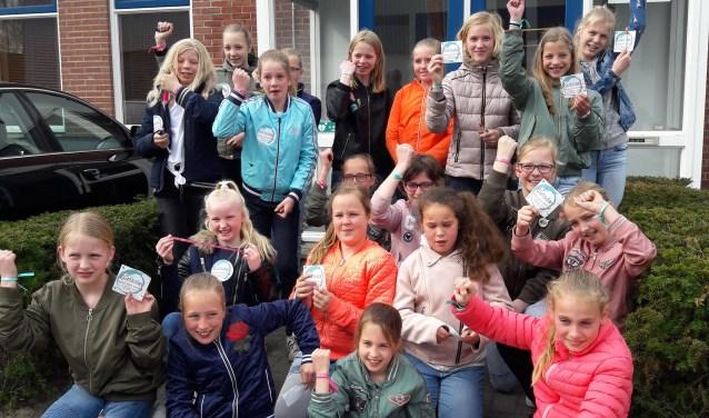 Meisjes groep 7 en 8 van OBS 't Walien op Girlsday bij Winterwarm tonen de armbandjes voor Girl-power!