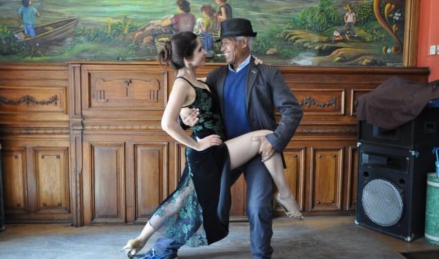 Dansdocent Ali Armin in tangopose. Voor de liefhebbers van dans verzorgt hij zondag 8 april van 17.00 tot 22.00 uur tangodansen bij De Muzerije aan de Hinthamerstraat 74 in Den Bosch. De toegang kost 7 euro. Daarna keren de tangosalons elke eerste zondag van de maand terug.