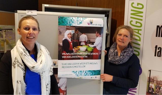 """Monique Wieskamp van het project 'Aan de Slag' (links) en Ria Bussink van het Vrijwilligerspunt Winterswijk: """"Je krijgt er een ander soort vrijwilliger bij. Het is voor iedereen zinvol en het maakt mensen blij."""""""