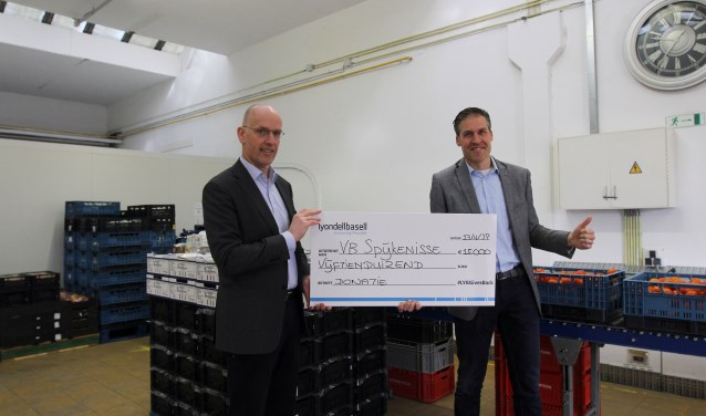 Harm Dijkstra van LyondellBasell overhandigt een cheque aan Lennart van Berkel van de voedselbank. Foto: PR
