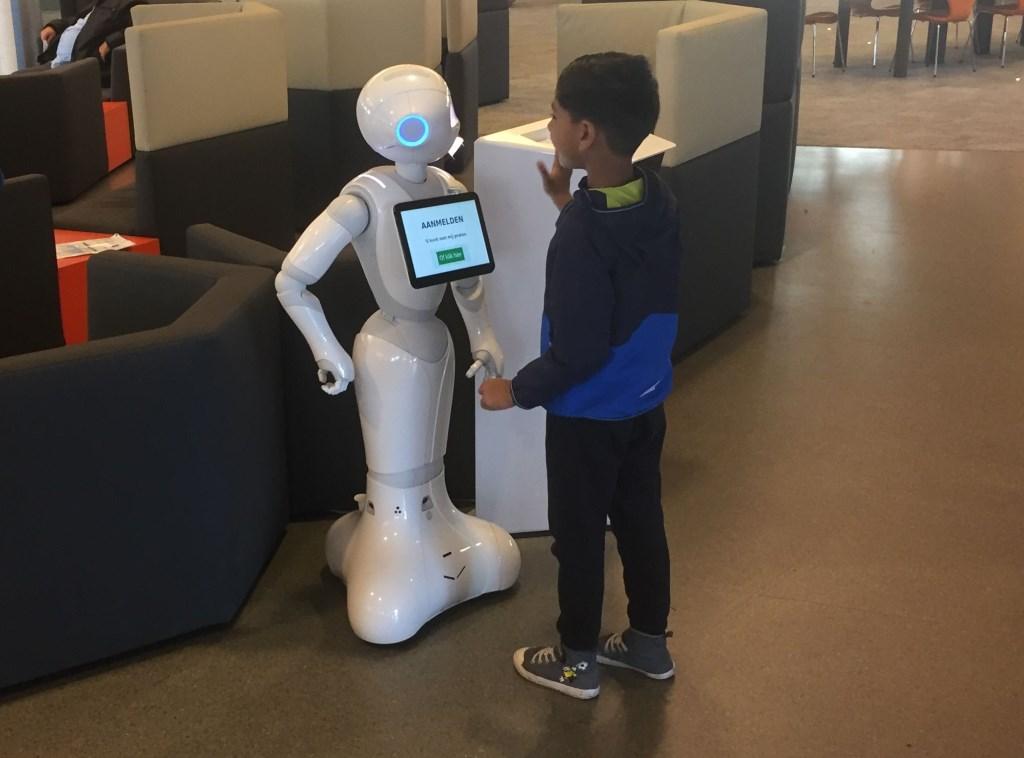 De Alphie robot heeft sterke aantrekkingskracht op kinderen, maar staat er vooral om mensen te ontvangen en wegwijs te maken.
