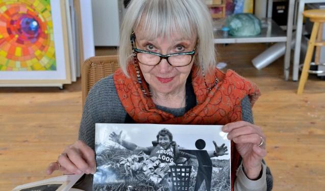 Edith Ferrée met herinneringen aan  ´Archeologie van de Berm´ (Foto: Paul van den Dungen)