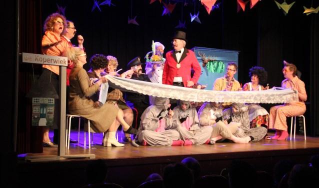 Het diner, scene uit de musical 'Otje' wederom een zeer geslaagde musical van Marleen Molendijk. Foto: Anton Rekké