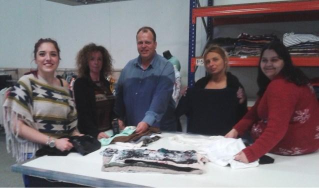 Remco samen met zijn vrouw Sandra en het personeel van het sorteerbedrijf: Michaela, Marisa en Monique.