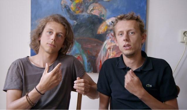Doof Kind is een persoonlijke documentaire van Alex De Ronde, waarin hij terug kijkt op zijn zoon Tobias.