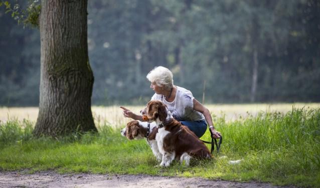 Tijdens de hondenwandeling krijg je tips van hondengedragstherapeut Bianca. Foto: Pauline Joosten/Natuurmonumenten.