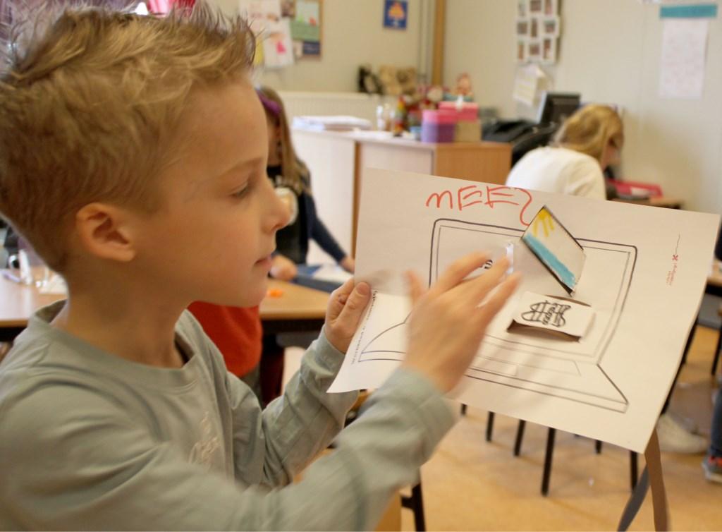 De kinderen maken bij elke oplossing, bij elk idee, zelf een tekeningetje. En vervolgens maken ze daar een 'computer' op papier van. Foto: Romy Chatrou-van der Sande.