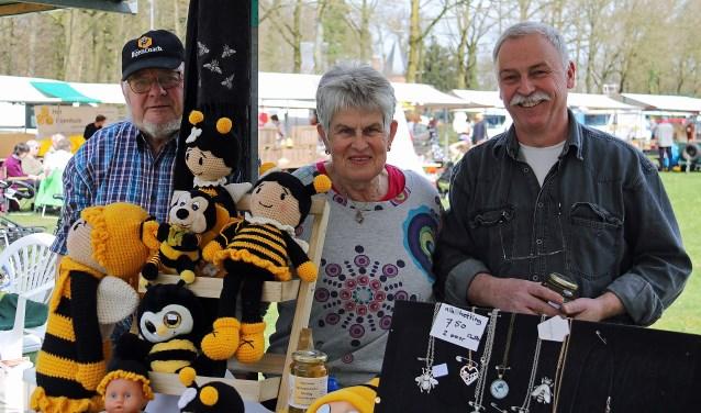 V.l.n.r. bijenhouders Kees en Wil van Holland en honingverkoper Peter Beens. FOTO: Hanny van Eerden