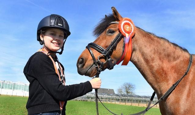 Noa Lucassen met haar paard Desmo. (foto: Roel Kleinpenning)