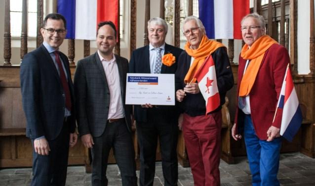 De cheque van de Rabo wordt overhandigd. Links Leo Noordzij en Jos Voerman. Dit jaar komt een speciaal koor uit Canada: Chr. Mannenkoor Libertas 'The Voice of Liberty'. Foto: Jacques Stam.