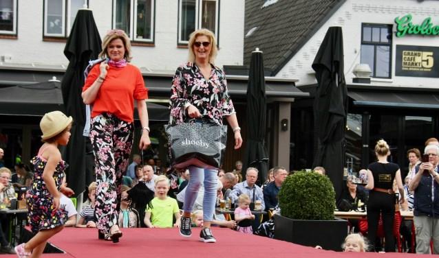 De modeshow kreeg tijdens de open zondag in Lichtenvoorde de zon die ze besteld had.