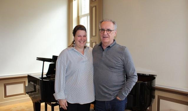 Zangeres Esther Linssen en regisseur Klaus Bertisch (op de foto) geven samen met Ali Cifteci (zang en spel) en Jorrit van der Ham (piano) de voorstelling met zang en toneel. (Foto: Margriet van Dam)