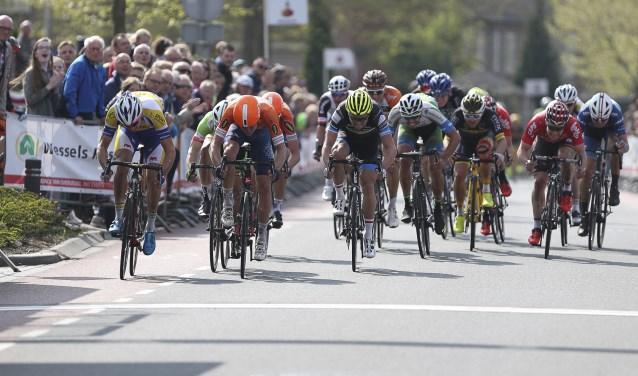 De laatste sprint op de Wijnand Zeeuwstraat in Rijssen in de editie van 2017. De Deen Nicolaï Brøchner met de oranje helm wint. Foto: Sportfoto/Dick Soepenberg.
