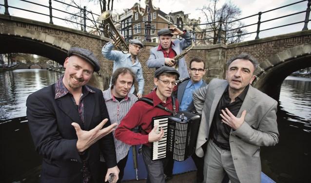 De Amsterdam Klezmer Band op de grachten in de hoofdstad. (foto: persfoto)