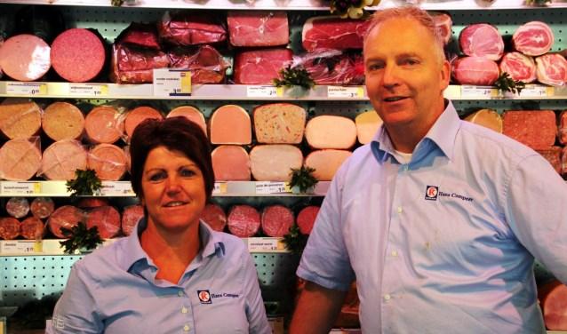 Esther en Hans Compeer. De nieuwe eigenaar blijft voorlopuig hun naam voeren. (foto: Wim Schut)