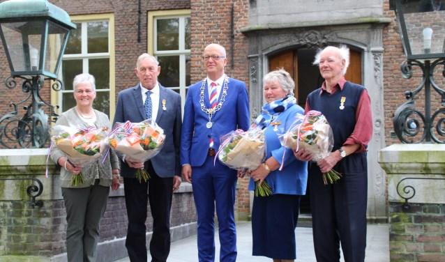 De dames W. van Mourik-van Heusden en J. van Zuijdam-Nijhoff beiden uit Hellouw en de heren N. van Eck uit Est en M. Sanders uit Haaften werden vorige week alle vier benoemd tot Lid in de Orde van Oranje Nassau.