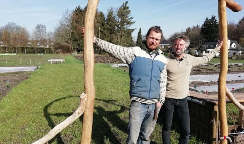 Jasper Sinoo en Dave Hardy zijn de nieuwe tuinmannen van de biologisch-dynamische tuin van Landgoed Kraaybeekerhof in Driebergen. FOTO: Marcel Bos